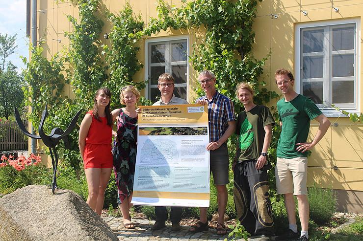 Studierende der HNEE und Prof. Nölting überreichen dem Leiter des BR Torsten Roch die Poster aus dem Vorgängerseminar, Foto: Handke